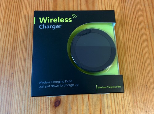 Eines der vielen bei Amazon erhältlichen Qi-Ladegeräte. Preiswert und verrichtet bei mir problemlos seinen Job...